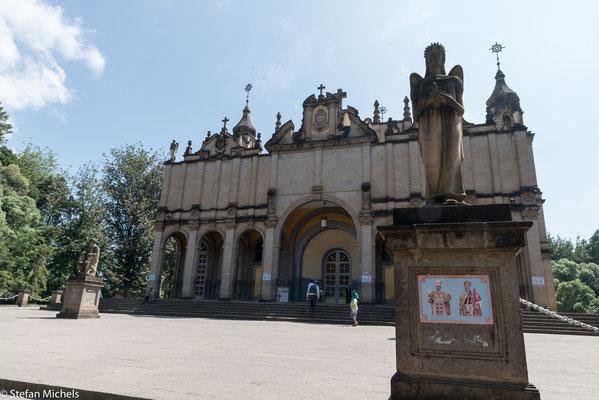 Angekommen in Addis besuchen wir die Dreieinigkeitskathedrale.