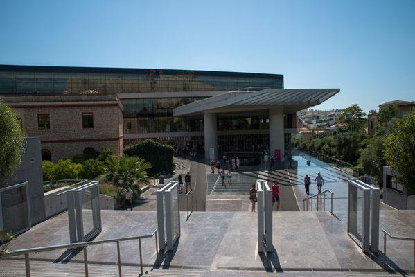 In den Jahren 2002 bis 2007 wurde am Fuße der Akropolis das von Bernard Tschumi entworfene Neue Akropolis-Museum gebaut.