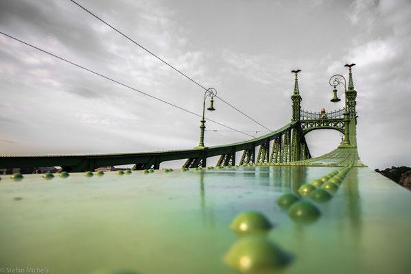Die Freiheitsbrücke  ist eine der neun Donaubrücken in  Budapest.
