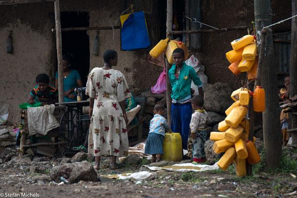 Gelbe Plastikbehälter dienen in ganz Äthiopien zur Wasseraufbewahrung.