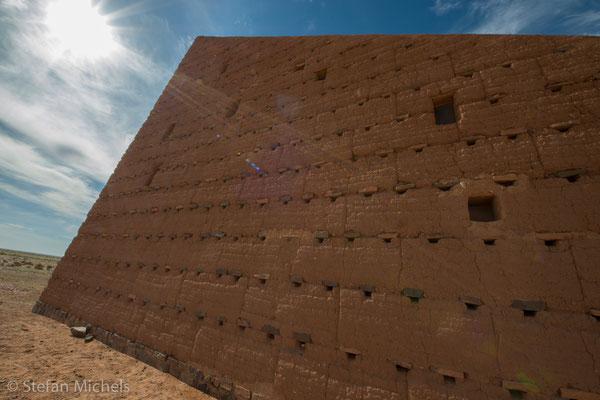 Die Himmelstreppe -Lehmbauwerk in Form eines Dreiecks.