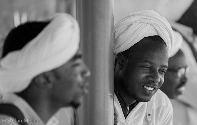 Gnaoua -Zusammen zelebrieren sie die Lila, eine rituelle Nacht mit Opfern, zeremonieller Mahlzeit , einem Umzug mit Kastagnetten und Trommeln.