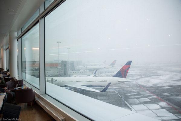Abflug bei Minusgraden und Flugzeugenteisung in Amsterdam.