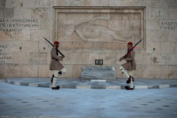 Ab dem Frühjahr 2011 erhielt der Platz durch die Berichterstattung über Demonstrationen und Krawalle im Zusammenhang mit der griechischen Finanzkrise Berühmtheit.