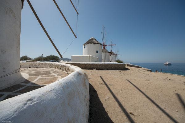 Zehn Windmühlen bearbeiteten hier früher das von der Umgebung herangelieferte Getreide.Fünf sind noch erhalten, bei der sechsten fehlen Dach und Windrad.