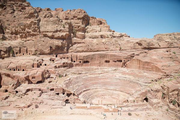Im Zentrum Petras liegt links das Römische Theater, das ebenfalls direkt aus dem anstehenden Fels gemeißelt wurde. Je nach Quelle bot es auf 45 Sitzreihen fünf– bis zehntausend Zuschauern Platz.
