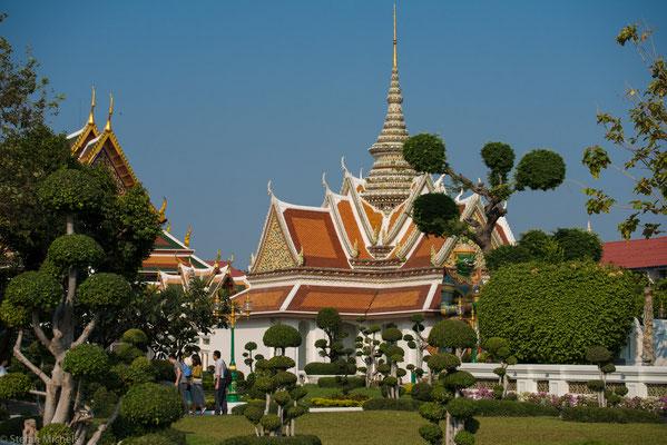 Daneben gibt es bis zu 5 % Muslime (überwiegend Malaien in Südthailand), 0,6 % Christen und 0,1 % (etwa 65.000) Hindus (meist Inder).