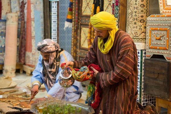 Marokkanische Teetradition -Das Zubereiten und Servieren von Minztee ist seither in ganz Marokko Brauch geworden.