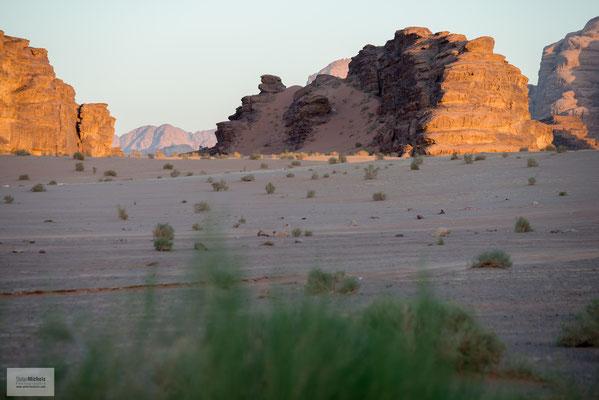 Geologische Verwerfungen erzeugten einen gewaltigen Riss, der neben dem Wadi Rum den Jordangraben, den Golf von Akaba und das Rote Meer schuf.