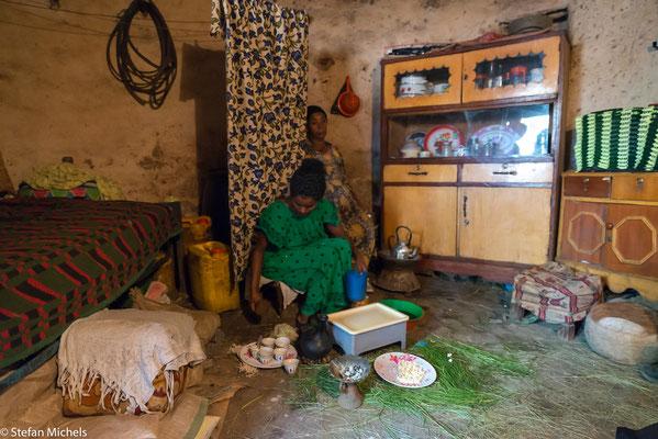 Kaffeezeremonie bei einer äthiopischen Familie.