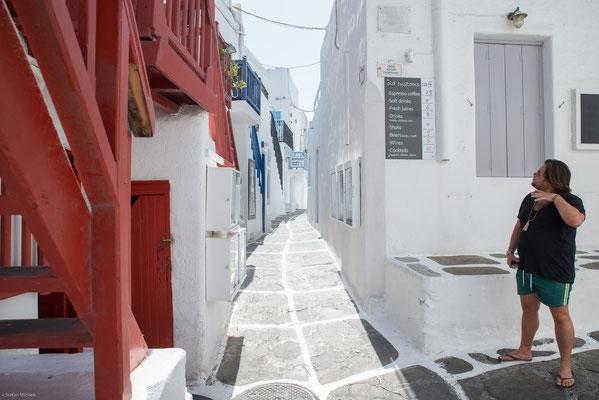 In Mykonos-Stadt ist die für die Kykladen typische Architektur besonders gut zu sehen. Ihre Kennzeichen sind weiße Häuser mit Flachdächern, farbigen Holztüren und Fenstern sowie mit Blumen geschmückte Balkone.