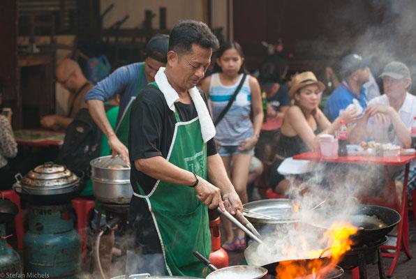 """Hausfrauen kochen immer seltener selbst, sie werden schon scherzhaft """"Plastic Bag Housewives"""" genannt."""