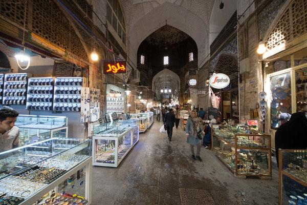 Der Königliche Basar zieht sich vom Eingang am Nordende des Meidān-e Emām und schlängelt sich nördlich bis zur Freitagsmoschee