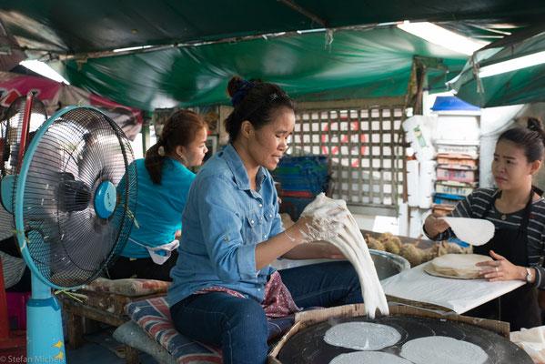 Poo ist in dem von Unrat, Drogen, Kriminalität und bitterer Armut geplagten Klong Toey geboren und aufgewachsen.