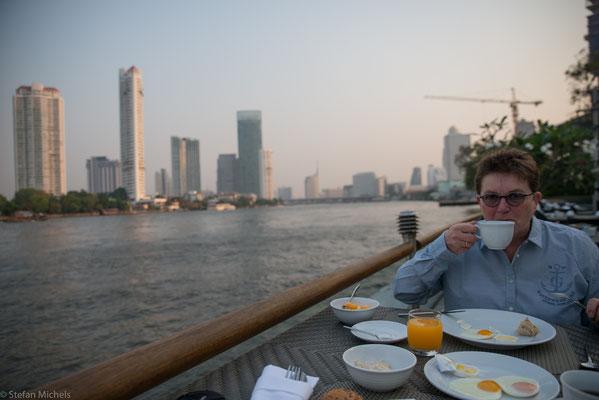 Frühstück am nächsten Morgen am Chao Praya-Fluss im Chatrium Hotel/Bangkok.