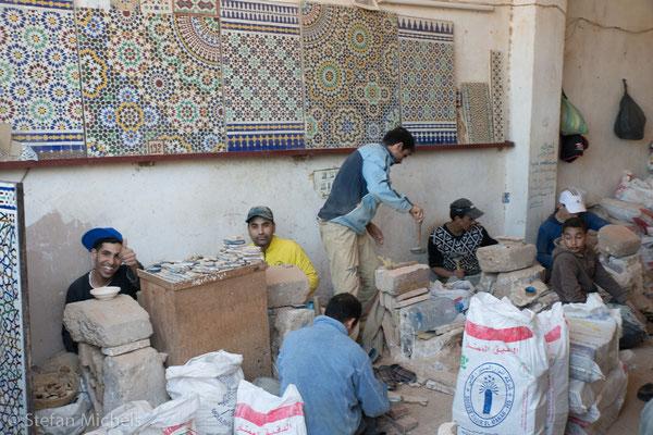 Töpferhandwerk - Hier werden die Kachel geschlagen, mit denen dann die Mosaike gelegt werden.