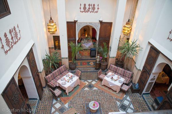 Marrakesh -Die Gestaltung dieser Innenhöfe in der Küstenregion von Marokko geht auf die lokale Adaption der Bauweise römischer Villa (Atriumhaus) zurück