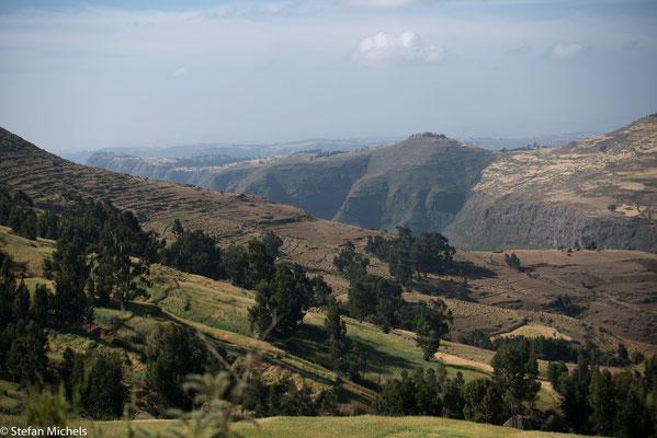 Ostafrikanischer Grabenbruch - beginnt im Afar-Dreieck in Äthiopien, wo drei divergente tektonische Platten auseinanderdriften: die Arabische Platte und der nubische sowie der somalische Teil (Somaliaplatte) der Afrikanischen Platte.