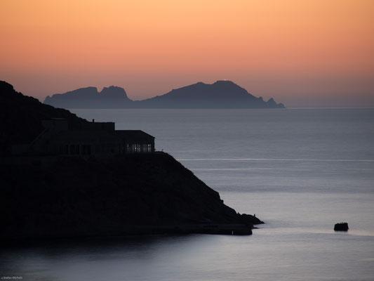 Naxos hat im Osten steile Ufer, nach Westen hin ebeneres Land und wird von Norden nach Süden von einem im Berg Zas (auch: Oxia) bis zu 1.000 m ansteigenden Granitgebirge durchzogen.