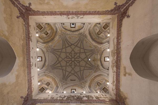Interessant auch hier die Kuppel mit der schönen Ornamentik.
