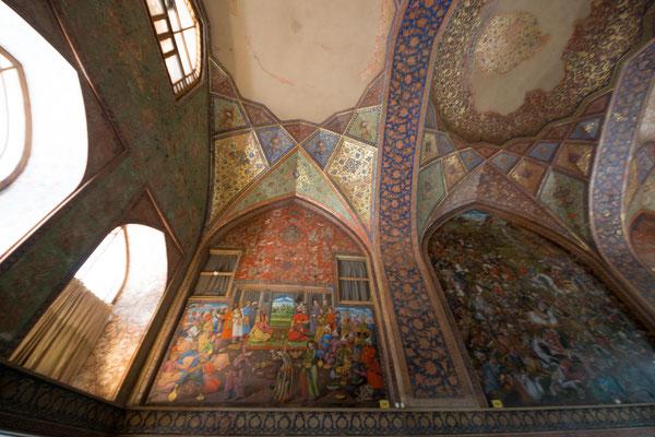 In der Halle finden sich Fresken und riesige Wandgemälde aus der Zeit Shah Abbas (17. Jh.)