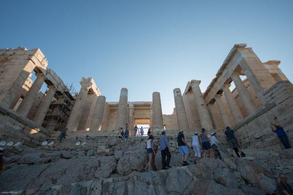 So wurde die Akropolis unter Perikles durch die Baumeister Iktinos, Mnesikles und Kallikrates unter der Leitung des genialen Bildhauers Phidias völlig neu gestaltet.