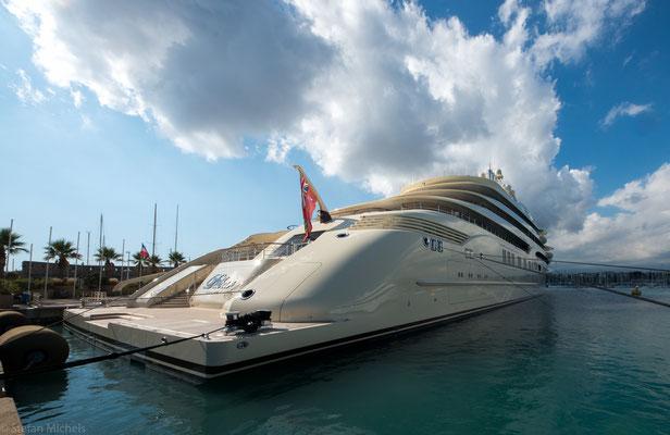 Die größte Privatjacht der Welt, die DILBAR, 155m lang.