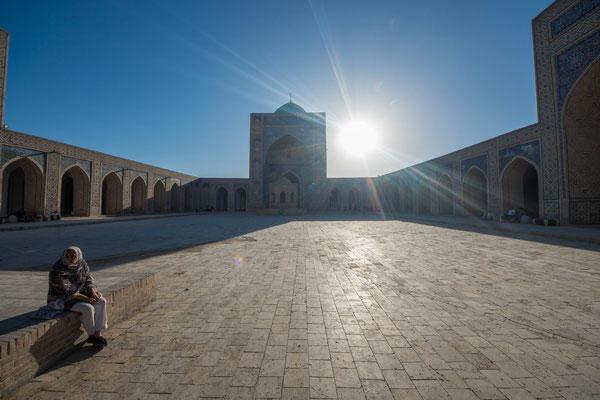 Die Madrasa ist 73 Meter lang und 55 Meter breit und hat einen etwa 33 × 37 Meter großen Innenhof.