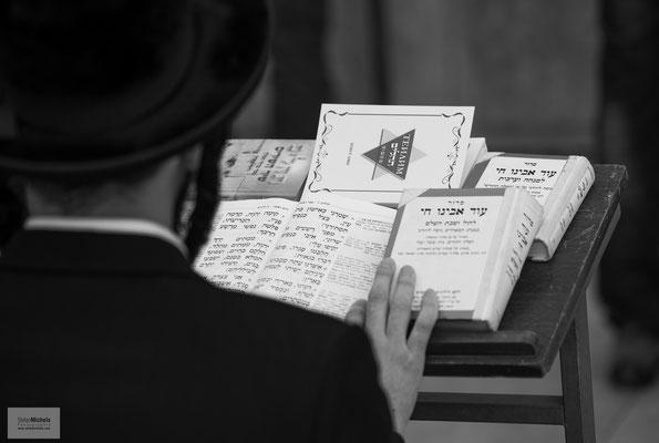 """Die Tora (auch Thora, Torah; Betonung auf """"a"""", auf Jiddisch Tojre),  ist der erste Teil des Tanach, der hebräischen Bibel."""
