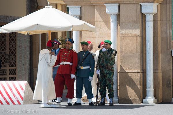 Rabat - Die königlichen Wachen sind im ganzen Land immer in Rot gekleidet.