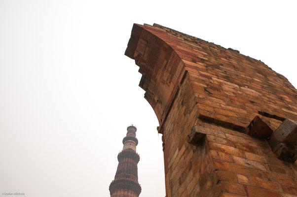 Am Qutub Minar, Delhi - aus rotem Sanstein