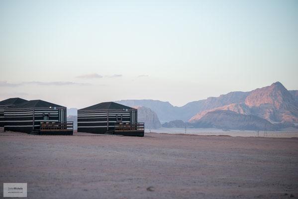 Bekannt wurde Wadi Rum durch das Buch Die sieben Säulen der Weisheit des britischen Offiziers Thomas Edward Lawrence, der hier während der Arabischen Revolte von 1917 bis 1918 stationiert war.