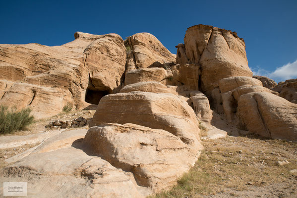 Wegen ihrer Grabtempel, deren Monumentalfassaden direkt aus dem Fels gemeißelt wurden, gilt sie als einzigartiges Kulturdenkmal.