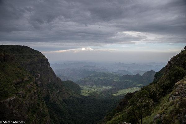 Ostafrikanischer Grabenbruch -Die Basis dieses Risses, der bis zu etwa 300 km breit ist, liegt bis zu 1000 m unterhalb des oberen Grabesrands.