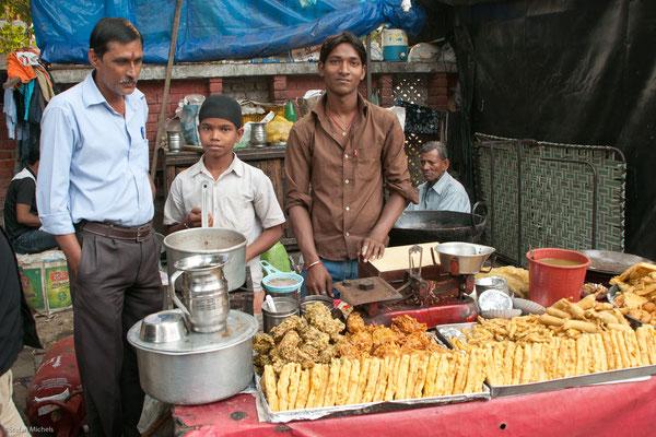 Chaiwallahs kochen am Straßenrand Tee
