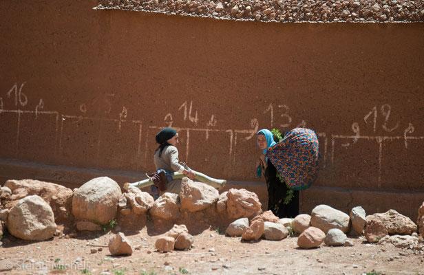 Die Frauen bringen Futterklee für das Vieh.
