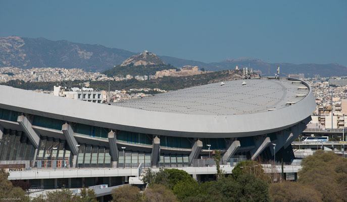 Blick von Piräus auf das olympische Handball-Stadion; im Hintergrund die Akropolis.