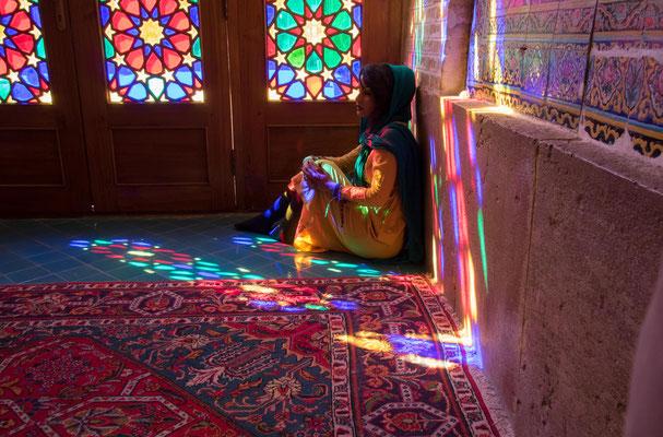 Die Moschee hat eine außergewöhnliche Fassade aus gefärbtem Glas.