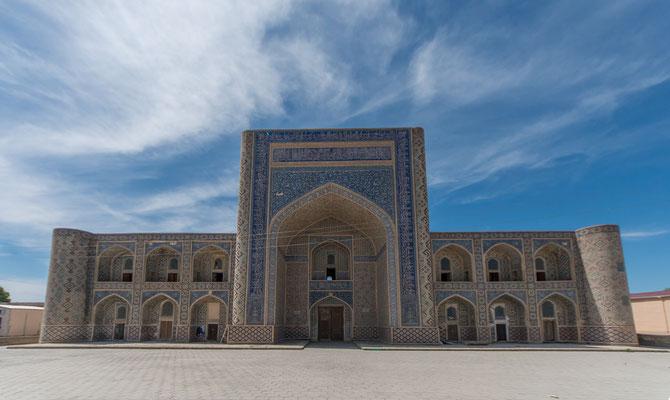 Unterwegs geht es durch die Karakum-Wüste Richtung Buchara.