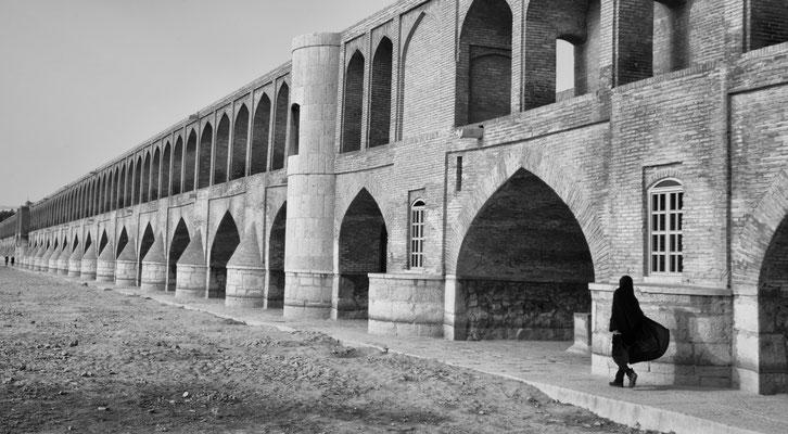 Von Shah Abbas 1602 erbaute Brücke; leider führt der Fluss Zayandehrud kein oder nur noch selten Wasser.