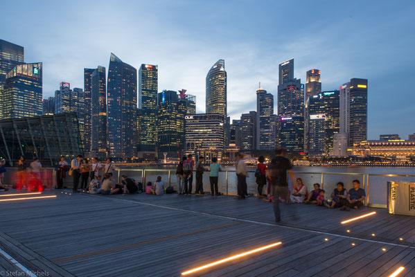 Als einer der sogenannten Tigerstaaten schaffte Singapur innerhalb weniger Jahrzehnte den Sprung von einem Schwellenland zu einem Industriestaat bzw. einer primär auf Dienstleistungen ausgerichteten Volkswirtschaft.
