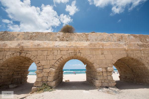 Der einst 12 km lange Aquädukt versorgte das antike Caesarea mit Wasser aus dem nordöstlich gelegenen Karmelgebirge.