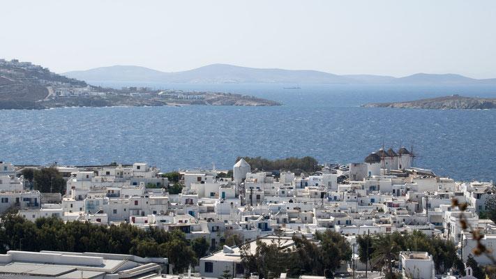 Sie ist mit einer Fläche von 389,43 km²[2] die größte Insel der Kykladen und von der Insel Paros nur durch eine schmale Meerenge getrennt.