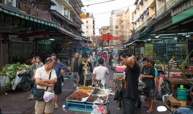 Das Essen aus diesen Freiluft-Küchen ist aus dem täglichen Leben vieler Thais in den großen Städten nicht mehr wegzudenken.