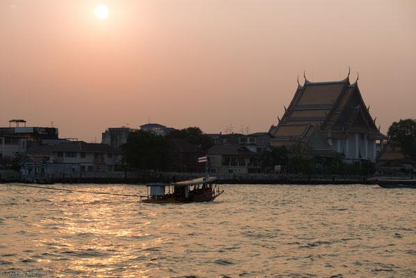 Personenfähren, kleine, relativ hohe Boote mit Dach – überqueren von zahlreichen Piers aus den Mae Nam Chao Phraya.