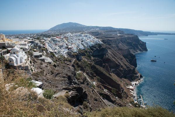 Weingärten an den höheren Hängen der Insel, insbesondere am Berg Profitis Ilias, profitieren von einem speziellen Wetterphänomen.