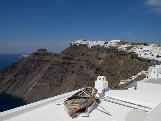 Die ringförmig angeordneten Inseln Thira, Thirasia und Aspronisi bilden den Rand einer vom Meer gefluteten Caldera.