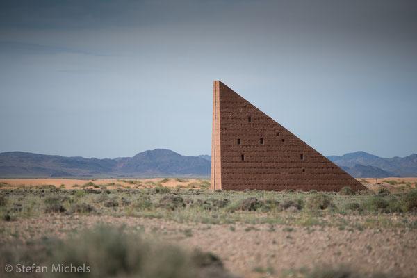 Die Himmelstreppe -Das Dreieck, dessen langer Schenkel 23 Meter mißt (Boden), hat eine Höhe von 16 Metern. Die Hypotenuse beträgt 28 Meter.