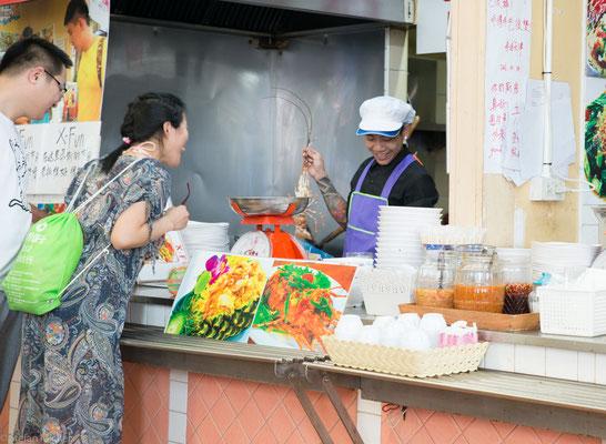 Im ersten Stock kann die gekaufte Ware gleich frisch zubereitet werden in eines der vielen Garstände.