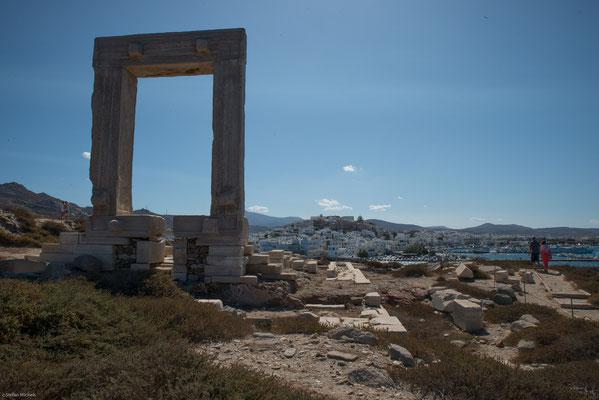 Auf der dem Hafen vorgelagerten einstigen Insel Palátia steht als einziges Relikt des unvollendeten Dionysos-Tempel des Lygdamis das mächtige Tor des Opisthodoms aus dem späten 6. Jahrhundert v. Chr., die Portara.